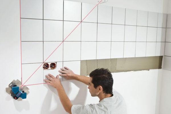 укладка плитки в ванной при помощи лазера